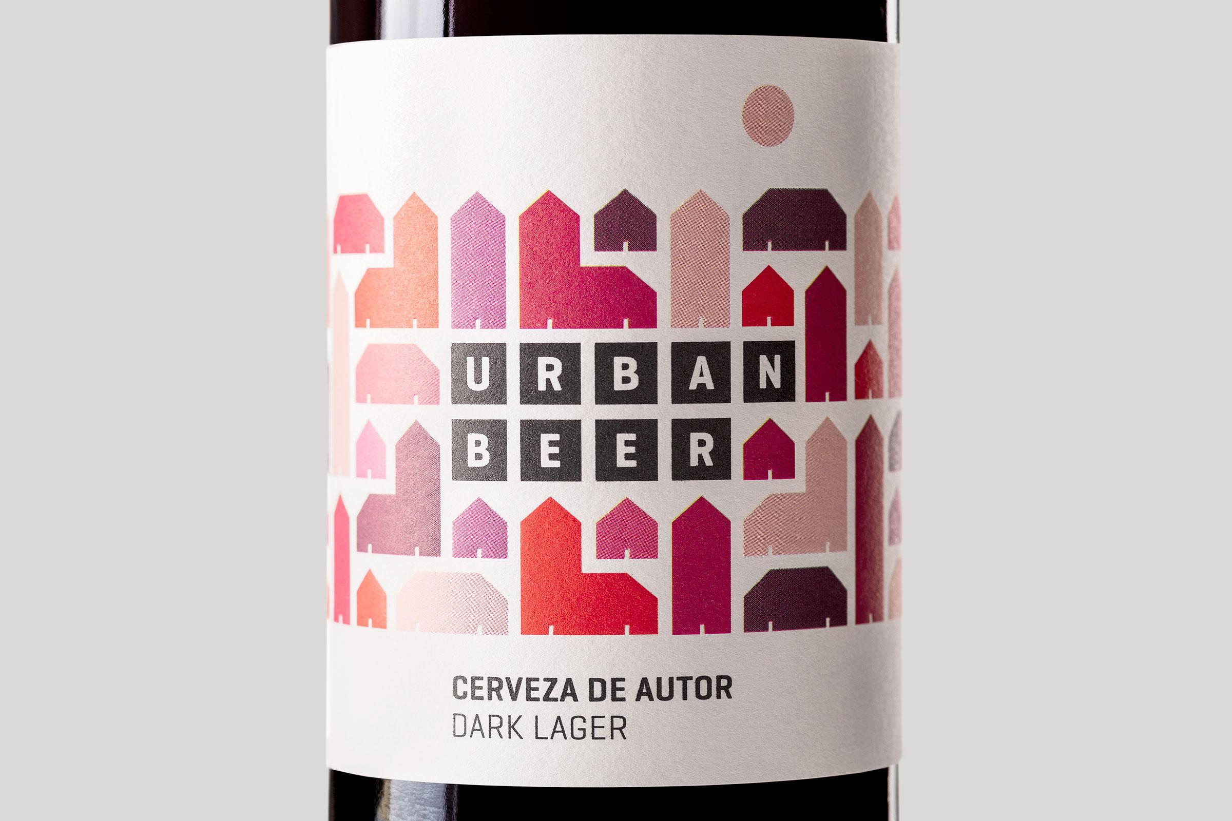Vista frontal de detalle de la etiqueta roja de Urbanbeer